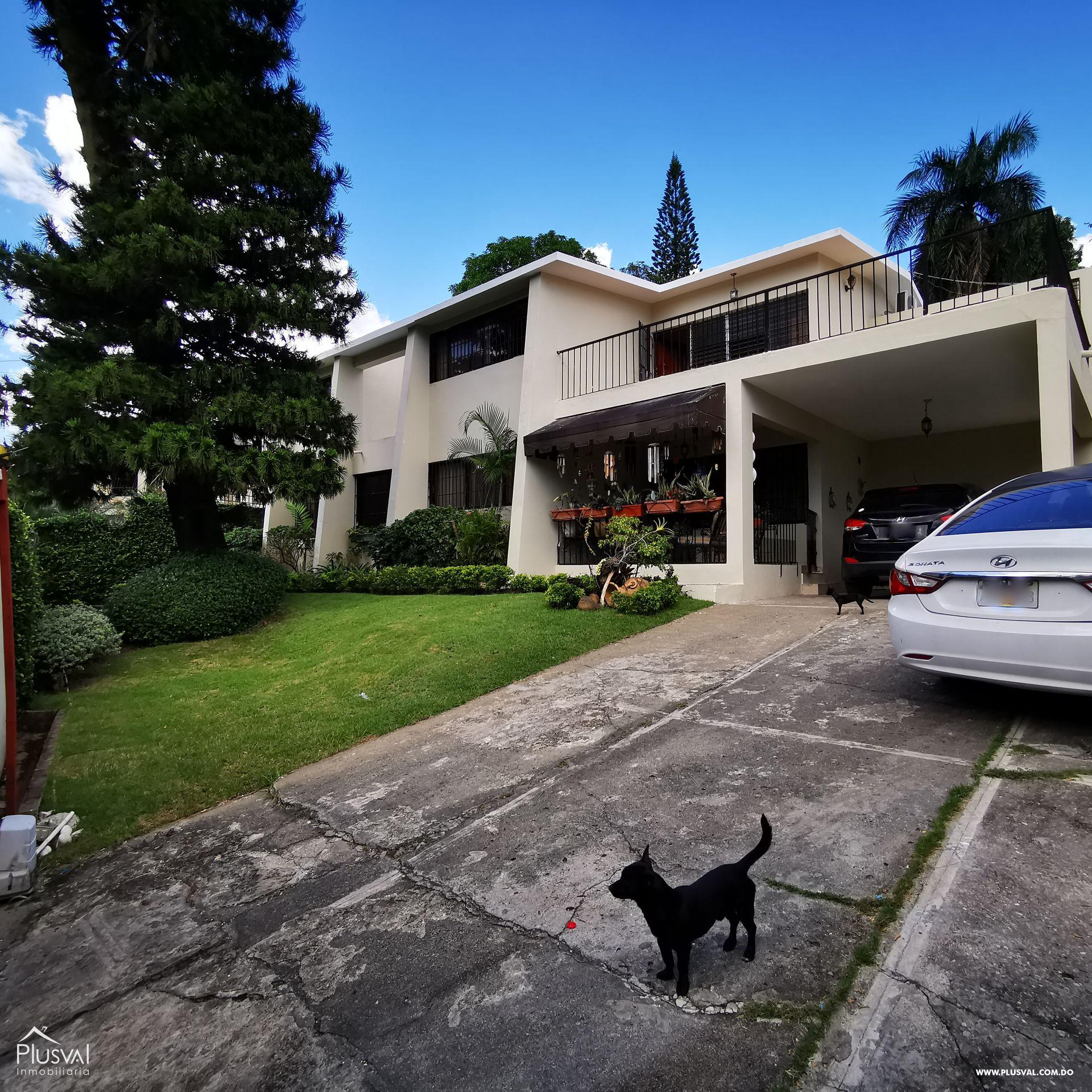 Casa con Patio y Jardín, 5 habitaciones y 6 Parqueos en Los Ríos