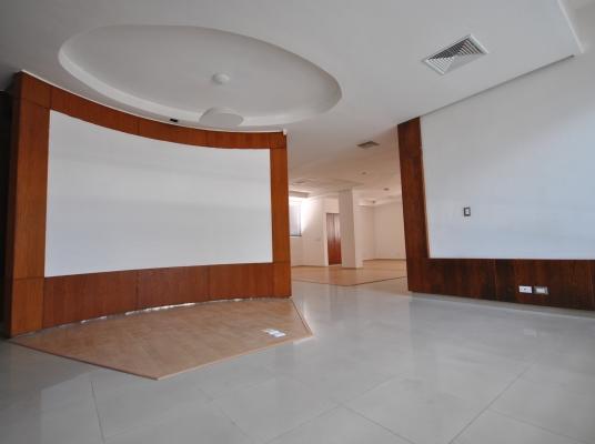 Moderno local en alquiler, edificio de oficinas Naco