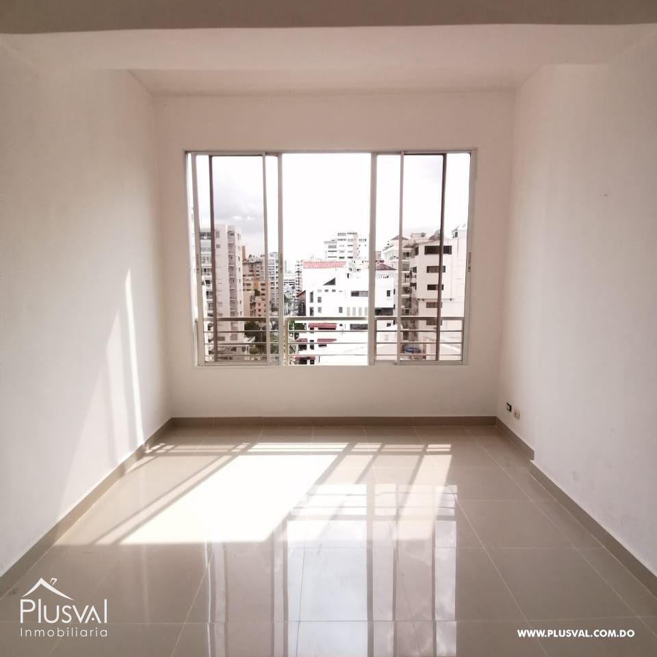 Apartamento amplio en venta ubicado en un piso alto del sector naco.