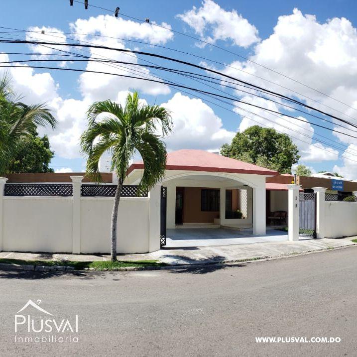 Residencia de 1 nivel , ubicada próximo a la Av. Juan Pablo Duarte.