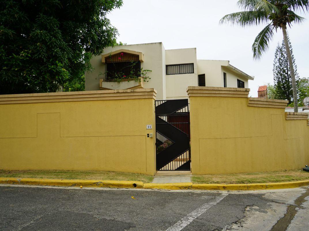 Amplia casa en venta, en Arroyo Hondo