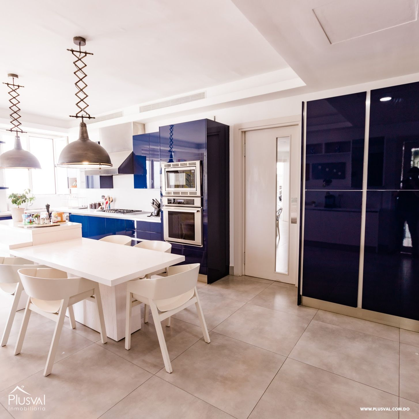 Amplio y lujoso apartamento en venta en Piantini con preciosa vista y terminaciones modernas.