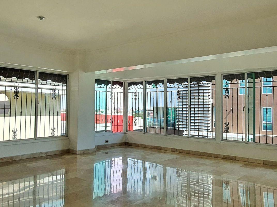 Amplio apartamento tipo PH en venta Serralles