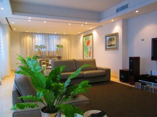 Apartamento en Segundo Nivel con Terraza en Serrallés