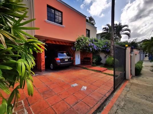 Casa con Gran Patio y Excelente Precio en Los Pinos, Arroyo Hondo