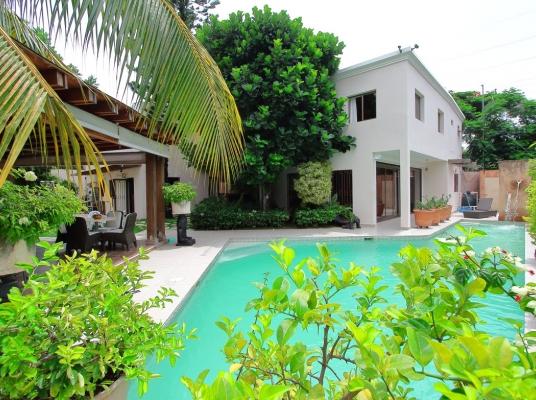 Casa Moderna con Piscina en Bella Vista