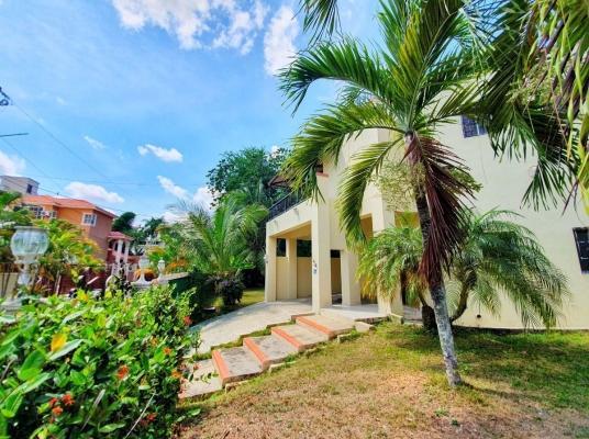 Casa en venta con Patio Gigante, Altos de Arroyo Hondo lll
