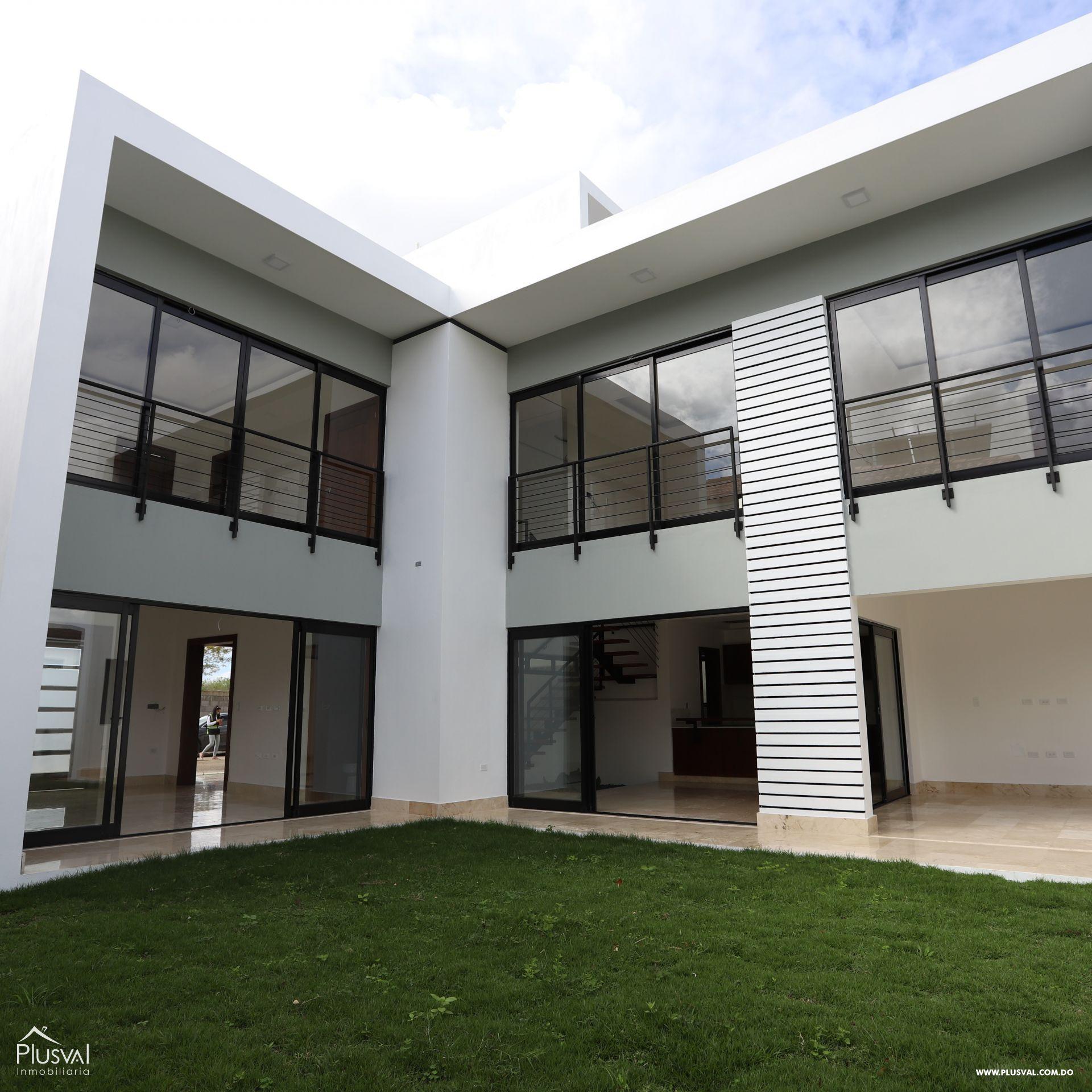 Casa de dos niveles ubicada en Los Samanes, exclusiva zona de Santiago vigilada las 24 horas